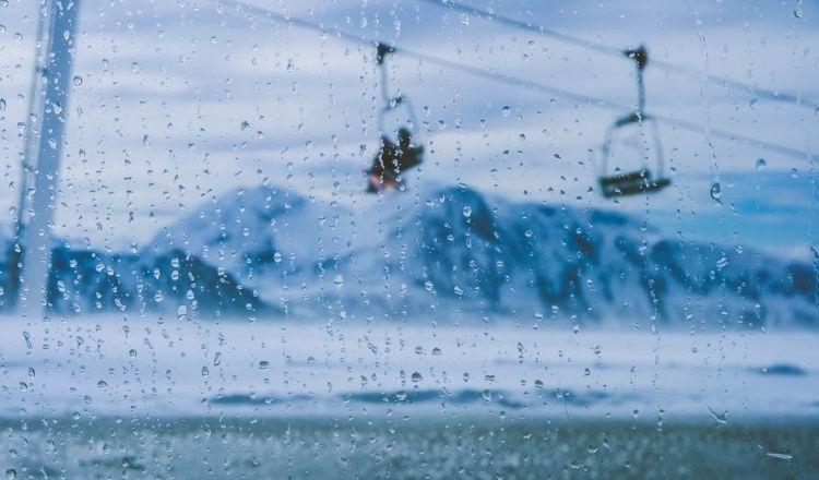 åka skidor när det regnar